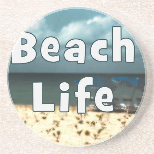 vida de la playa con la playa umbrella.jpg de la s posavaso para bebida
