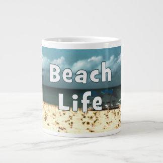 vida de la playa con la playa umbrella.jpg de la s taza grande