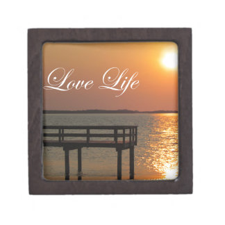 Vida del amor - muelle y puesta del sol caja de recuerdo de calidad