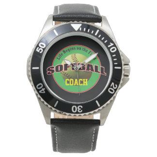 Vida del softball en el campo con el texto relojes de mano