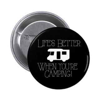 Vida mejor cuando usted está acampando pin redondo de 2 pulgadas