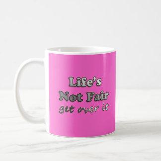 Vida no justa - consiga sobre él - en rosa taza