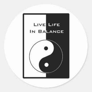 Vida viva en equilibrio pegatina redonda