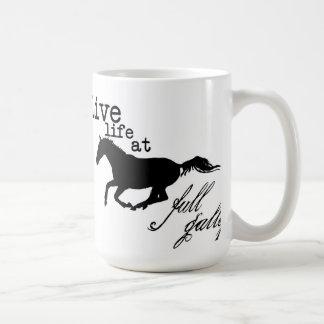 Vida viva en la taza llena del caballo del galope