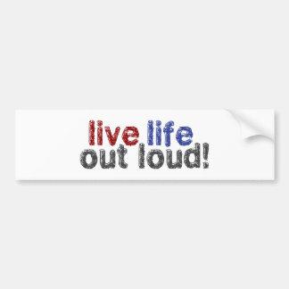 Vida viva hacia fuera ruidosamente etiqueta de parachoque