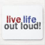 Vida viva hacia fuera ruidosamente tapetes de ratones