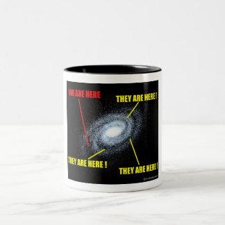Vidas en galaxia taza de dos tonos