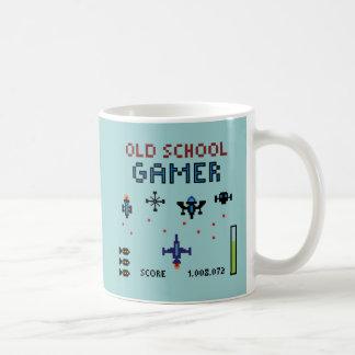 Videojugador de la escuela vieja - nave espacial - taza de café