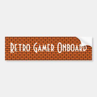 Videojugador retro a bordo, ladrillo de 8 bits ana etiqueta de parachoque