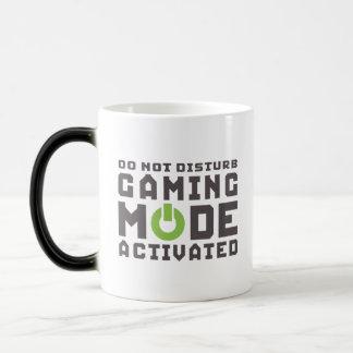 Videojugadores activados modo del juego y taza