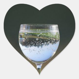 Vidrio con la bebida pegatina de corazon