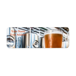 Vidrio de cerveza en el Microbrewery Etiqueta De Remite