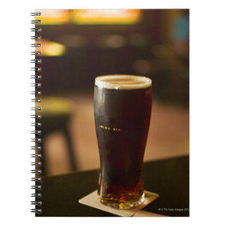 Vidrio de cerveza inglesa irlandesa en pub note book