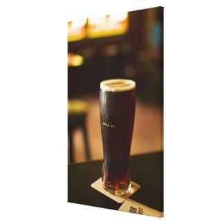 Vidrio de cerveza inglesa irlandesa en pub impresiones en lienzo estiradas