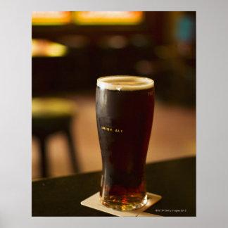 Vidrio de cerveza inglesa irlandesa en pub póster