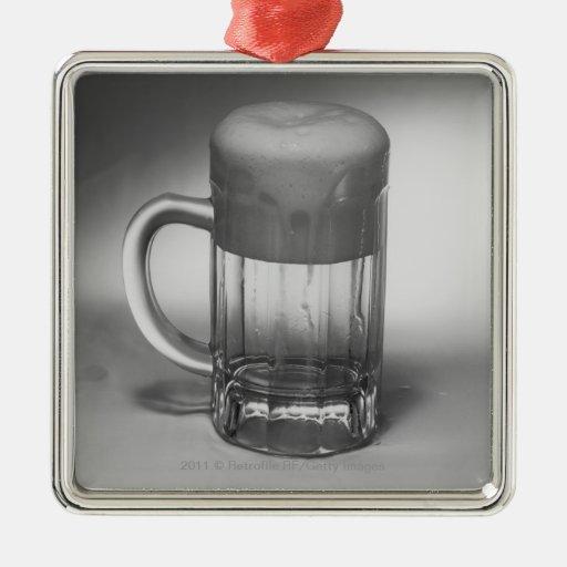 Vidrio de cerveza que desborda ornamento para arbol de navidad