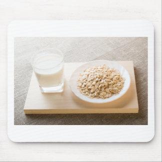 Vidrio de la leche y de una placa del primer del alfombrilla de ratón