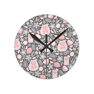 Vidrio de la tarde de limonada rosada reloj redondo mediano