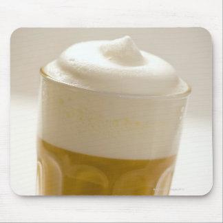 Vidrio de macchiato del latte, cierre para arriba alfombrilla de ratones