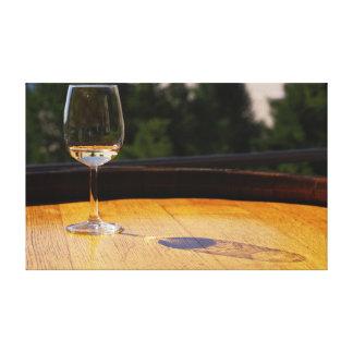 Vidrio de vino blanco en barril de madera lienzo envuelto para galerias