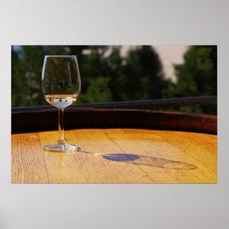 Vidrio de vino blanco en barril de madera póster