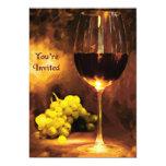 Vidrio de vino, uvas, luz de una vela le invitan comunicados personalizados