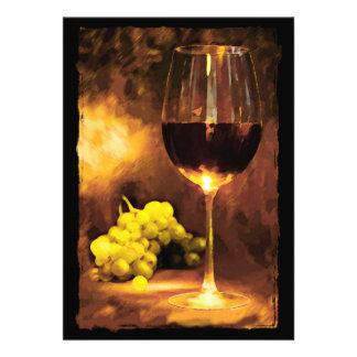 Vidrio de vino y de uvas verdes en luz de una vela comunicado personal
