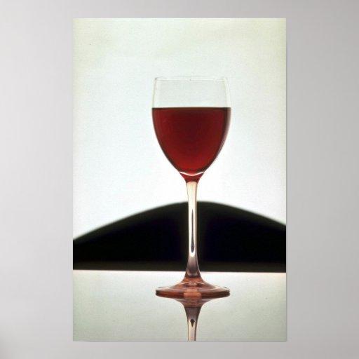 Vidrio hermoso llenado del vino rojo póster