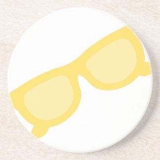 Vidrios amarillos de las gafas del inconformista d posavasos para bebidas
