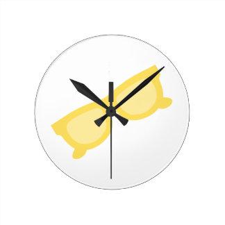 Vidrios amarillos de las gafas del inconformista d relojes de pared