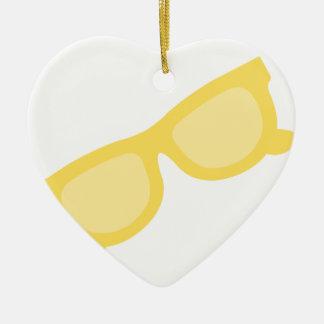 Vidrios amarillos de las gafas del inconformista adorno de cerámica en forma de corazón