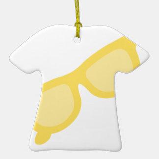 Vidrios amarillos de las gafas del inconformista adorno de cerámica en forma de camiseta