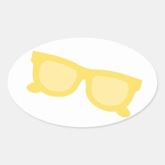 Vidrios amarillos de las gafas del inconformista pegatina ovalada
