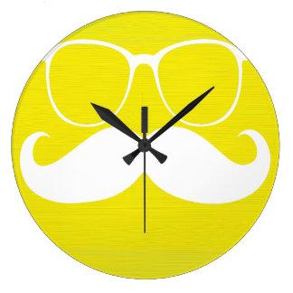 Vidrios blancos divertidos del bigote en fondo ama reloj redondo grande