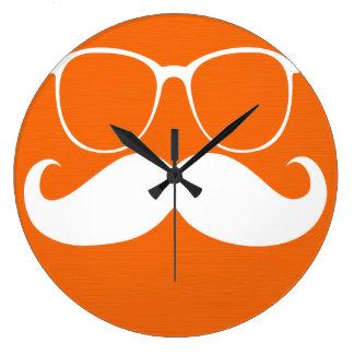 Vidrios blancos divertidos del bigote en fondo ana reloj redondo grande