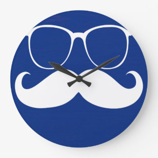 Vidrios blancos divertidos del bigote en fondo azu reloj redondo grande