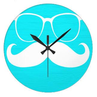 Vidrios blancos divertidos del bigote en fondo de  reloj redondo grande