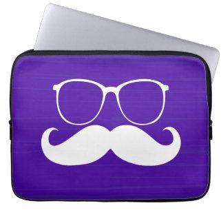 Vidrios blancos divertidos del bigote en fondo púr fundas portátiles