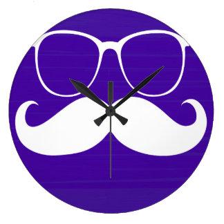 Vidrios blancos divertidos del bigote en fondo púr reloj redondo grande