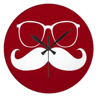 Vidrios blancos divertidos del bigote en fondo roj reloj redondo grande