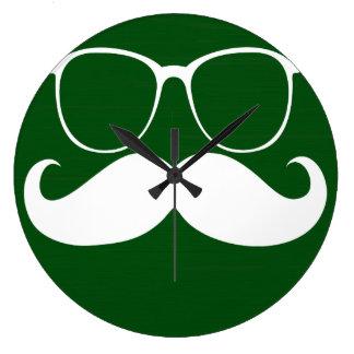 Vidrios blancos divertidos del bigote en fondo ver reloj redondo grande