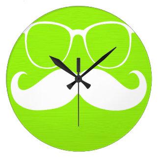 Vidrios blancos divertidos del bigote en verde ama reloj redondo grande