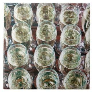 Vidrios de Champán en una tabla en una celebración Azulejo Cuadrado Grande