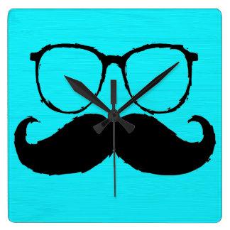 Vidrios negros divertidos del bigote en el fondo 2 reloj cuadrado