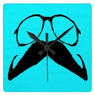 Vidrios negros divertidos del bigote en fondo de l reloj cuadrado