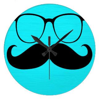 Vidrios negros divertidos del bigote en fondo de l reloj redondo grande
