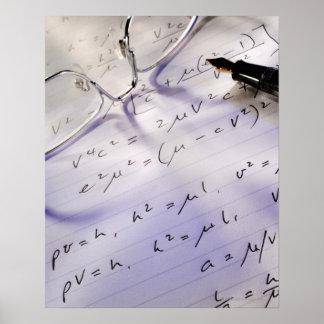 Vidrios pluma y símbolos matemáticos en el papel impresiones