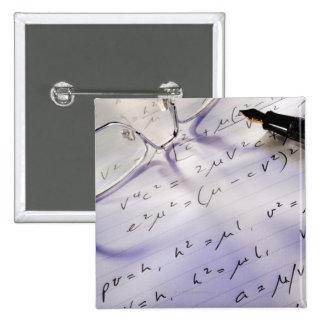 Vidrios, pluma y símbolos matemáticos en el papel, pin cuadrada 5 cm