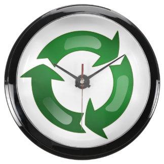 Vidriosos verdes reciclan símbolo relojes aqua clock