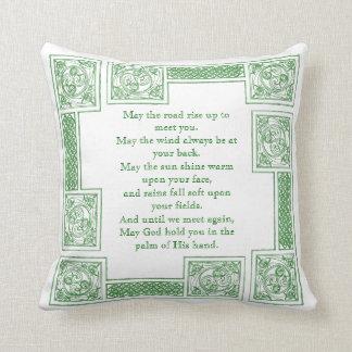 Vieja bendición irlandesa en nudos célticos almohadas